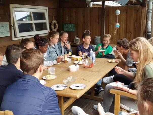 Geslaagd Rolling Dinner met 13 jongeren
